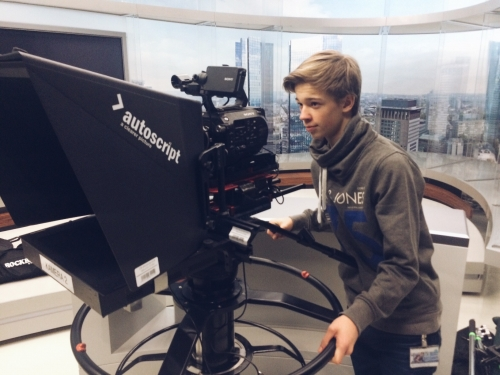 We got the opportunity to shoot with 2 Sony FS7 cameras on 2 separate green screen shoots at Frankfurt's Deutsche Bank recently. We shot 4K with each camera so we could then zoom in during postproduction to achieve different focal lengths.Our intern Leon got some hands on experience with the latest darling in the camera department.:)